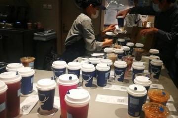 实地看望瑞幸咖啡门店取餐人员爆满部分原材料紧急